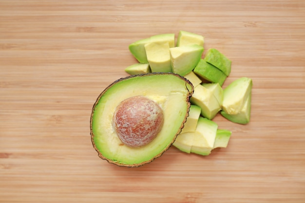 L'avocado ha tagliato la metà e tagliato sulla priorità bassa del bordo di legno.