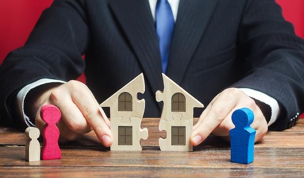 L'avvocato controlla la separazione e il collegamento della casa tra marito e moglie.