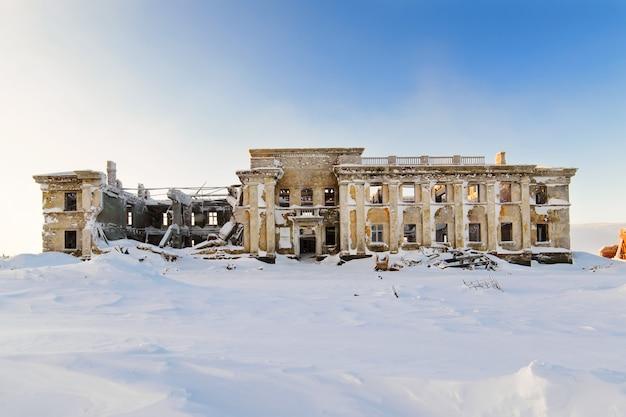 L'edificio a due piani abbandonato
