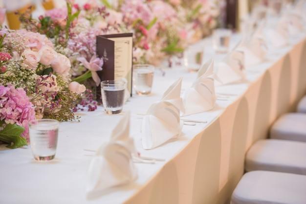L'elegante tavolo da pranzo.