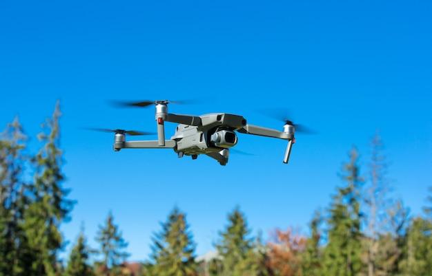 L'elicottero drone vola con la fotocamera digitale.
