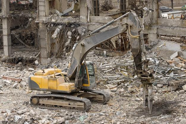 L'escavatore idraulico a forbice ordina la ferraglia
