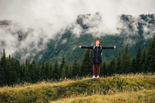 L'escursionista femminile che si sente libera gode della natura dei carpazi