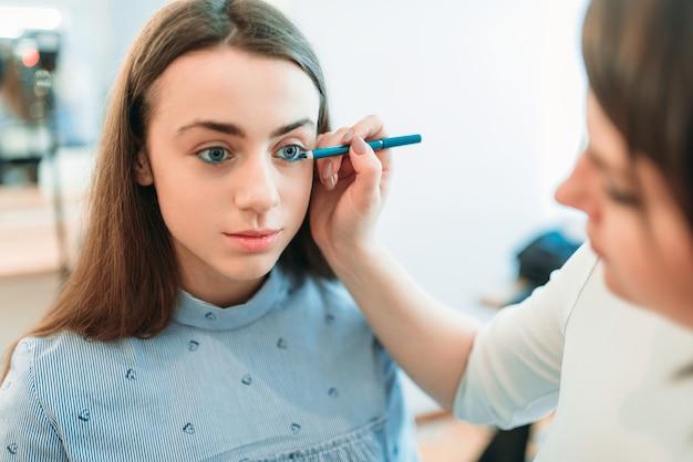 L'estetista professionista lavora con le sopracciglia della donna