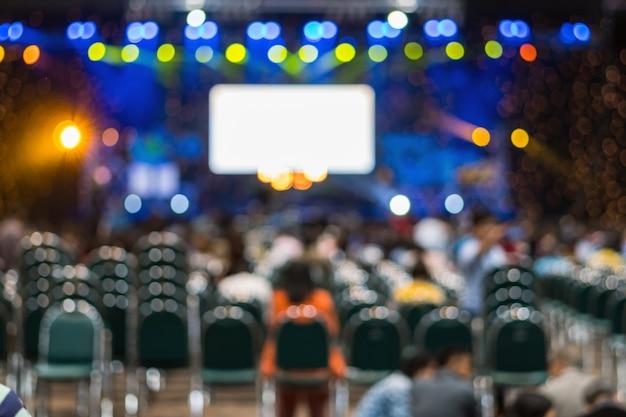 L'estratto ha offuscato la foto della sala per conferenze o della stanza di seminario nel centro di mostra con parla