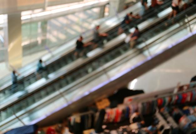 L'estratto ha offuscato molte persone sulle scale mobili in un centro commerciale