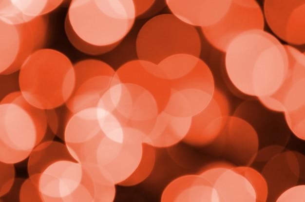 L'estratto vago delle lampadine brillanti rosse splende il fondo delle luci
