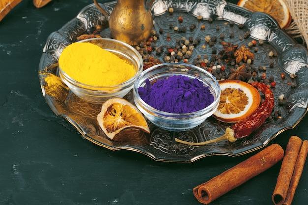 L'holi indiano tradizionale colora la polvere e le spezie su superficie rustica scura
