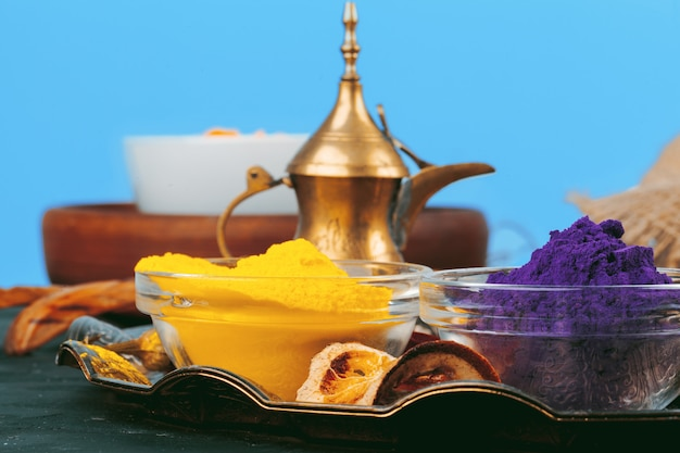 L'holi indiano tradizionale colora la polvere, spezie su rustico scuro
