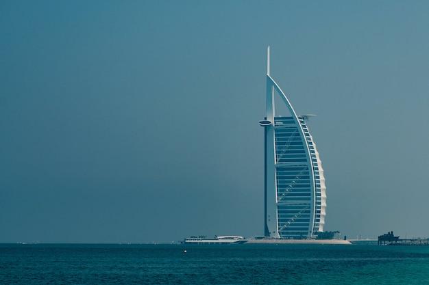 L'hotel più lussuoso del mondo burj al arab sulla spiaggia di jumeirah.
