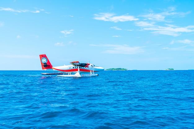 L'idrovolante sta decollando all'aeroporto delle maldive