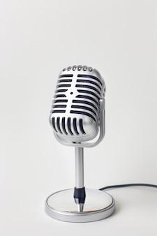 L'immagine alta vicina del microfono dell'annata su fondo bianco.