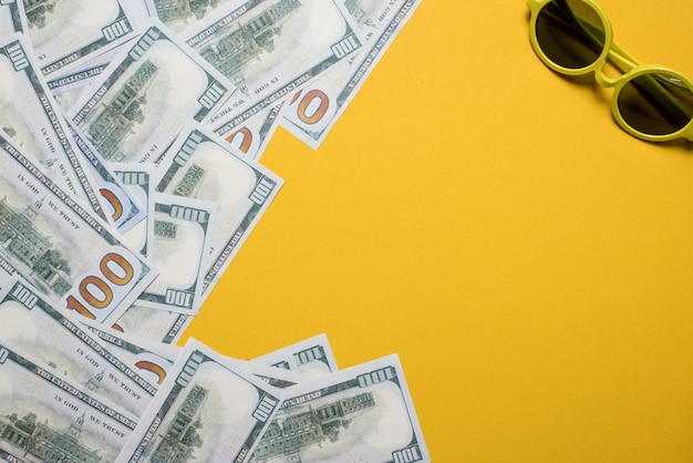 L'immagine d'argento è posta su uno sfondo giallo. successo, concetto di business con lo spazio della copia