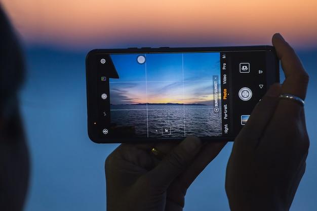 L'immagine del bellissimo tramonto sul mare al telefono