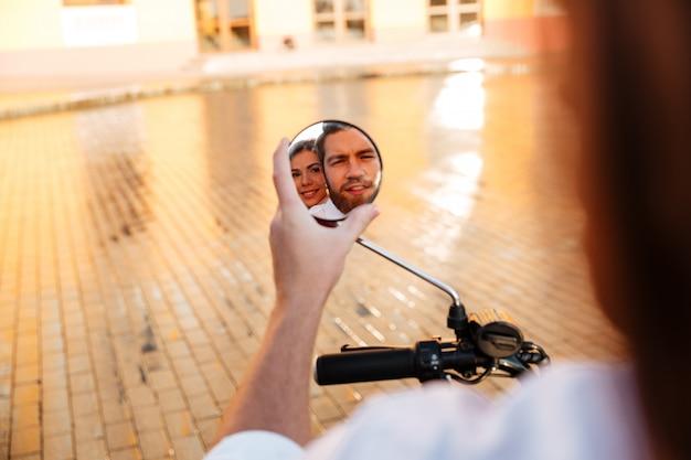 L'immagine delle coppie di affari guida sulla motocicletta moderna all'aperto