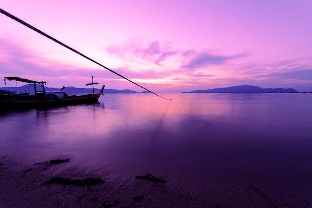 L'immagine di lunga esposizione del tramonto drammatico o l'alba, cielo si rannuvola il mare tropicale