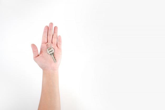 L'immagine nelle mani del popolo asiatico ha le chiavi su uno sfondo bianco.