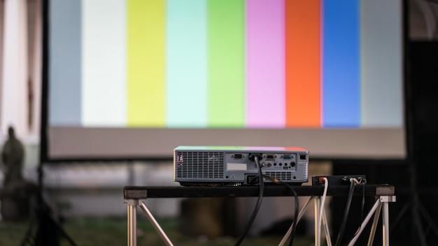 L'immagine o il video proiettore di film al cinema all'aperto per spettacoli teatrali