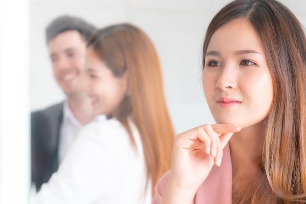 L'impiegato di concetto femminile sta sognando il pensiero della sua vita nuziale del matrimonio