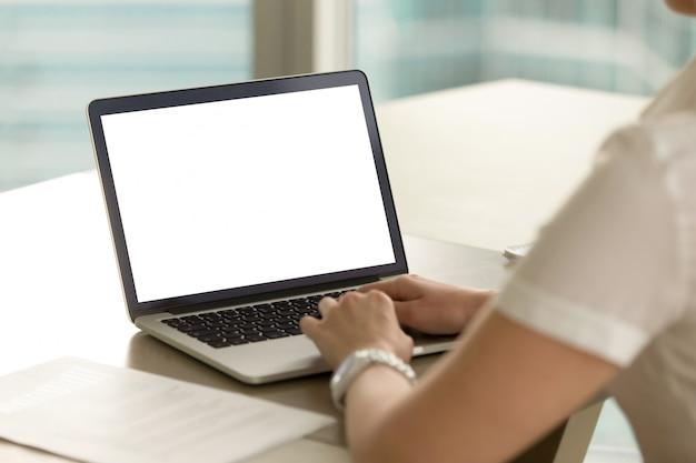 L'imprenditore femminile esamina i risultati finanziari