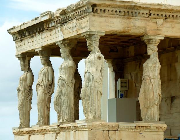 L'impressionante portico cariatide del tempio greco antico di eretteo sull'acropoli, atene, grecia