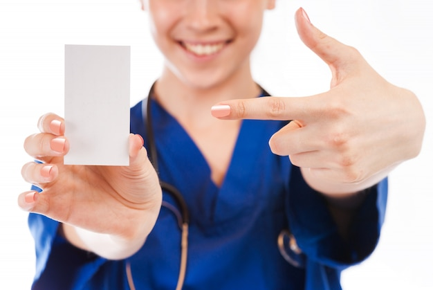 L'infermiera femminile, medico, con le belle mani dà la carta