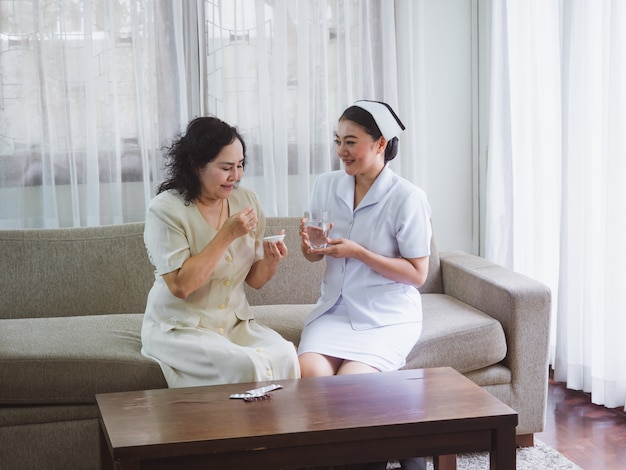 L'infermiera si prende cura degli anziani con felicità