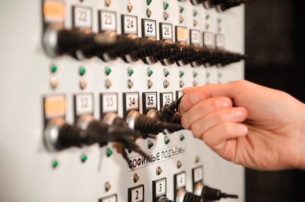 L'ingegnere dell'illuminazione regola le luci sul palco.