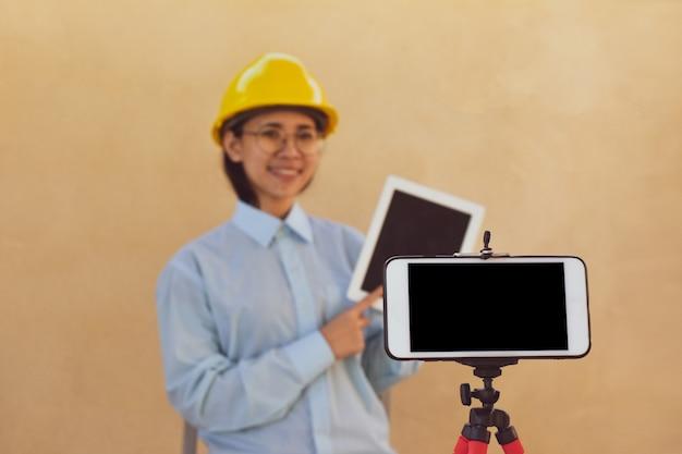 L'ingegnere delle donne che lavorano sta formando follower del club di blogger in streaming online, gli insegnanti di libri online insegnano trasmettendo in diretta.
