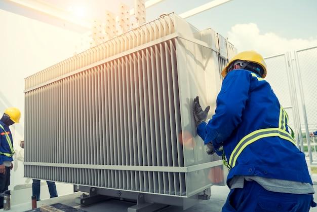 L'ingegnere due sta controllando la stazione di trasformazione ad alta tensione in costruzione elettrica della centrale elettrica