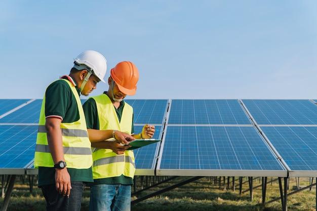 L'ingegnere ispeziona il pannello solare nella centrale elettrica solare