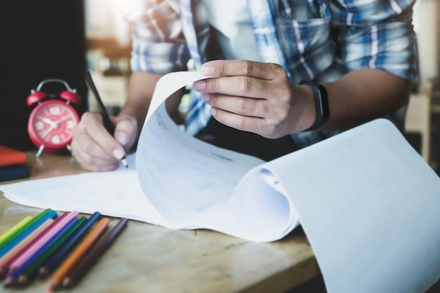 L'ingegnere sta progettando di creare grafici per il piano casa blueprint per i suoi clienti.