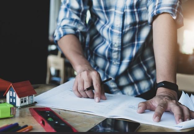L'ingegnere sta progettando di disegnare la struttura della casa su blueprint per i suoi clienti.