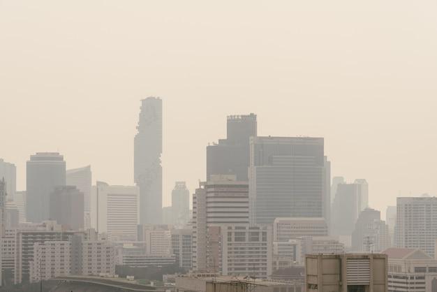 L'inquinamento atmosferico ha reso il paesaggio urbano di bassa visibilità con foschia e nebbia da polvere a bangkok, tailandia.