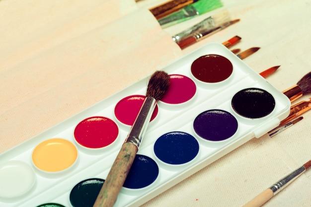 L'insieme dei pennelli di arte con gli acquerelli si chiude su