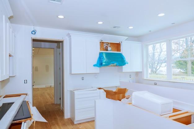 L'installazione della cucina installa l'armadietto della cucina. cucina di design d'interni