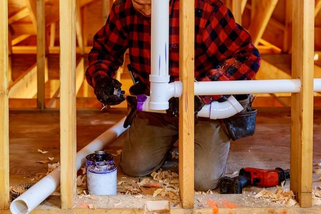 L'installazione di tubo idraulico di scarico e sistema idraulico di sfiato nella nuova costruzione di casa