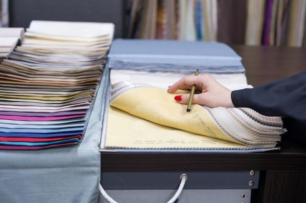 L'interior designer mostra campioni di tessuti per interni