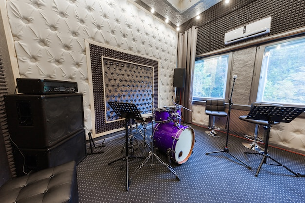 L'interno dello studio di registrazione professionale con strumenti musicali