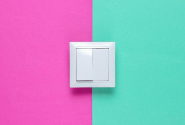 L'interruttore su una superficie di carta colorata,