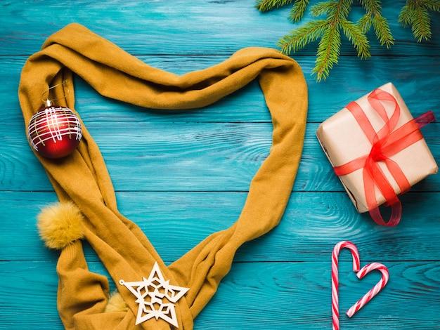 L'inverno di natale si stendeva con il cuore di sciarpa
