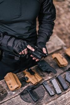 L'istruttore di tiro sportivo controlla il tuo primo piano delle armi