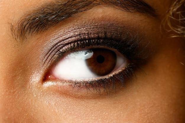 L'occhio di una donna di colore ha sparato alla grande macro bellezza