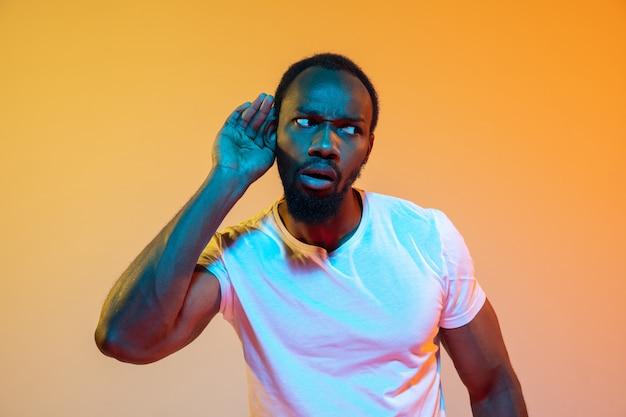 L'onda retrò o synth wave ritratto di un giovane uomo africano serio felice in studio.