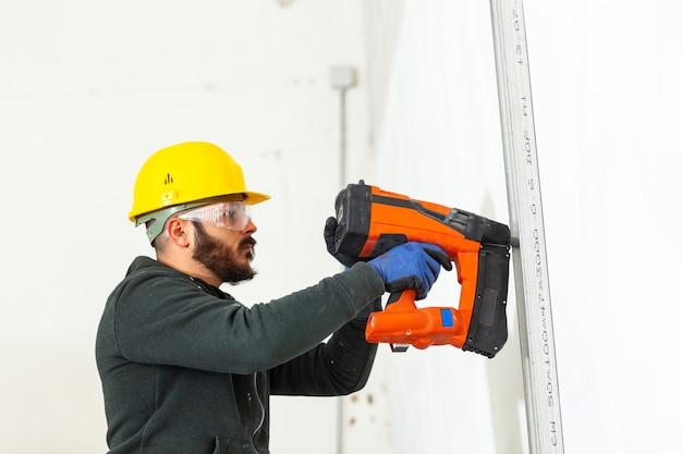 L'operaio costruisce un muro di cartongesso.