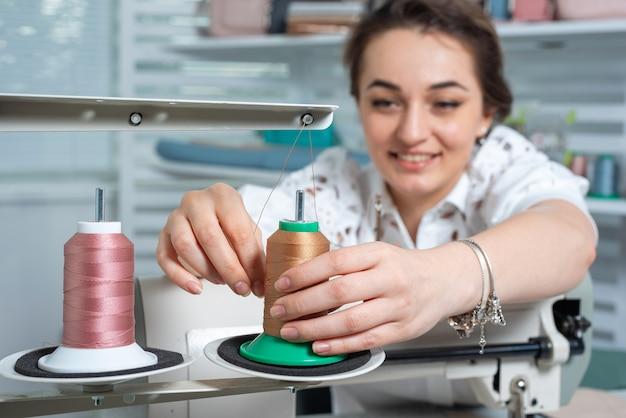L'operaio prepara la macchina da cucire per il lavoro
