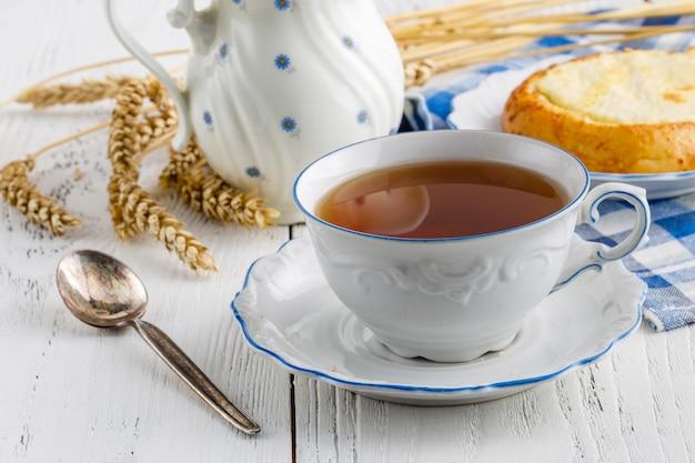 L'ora del tè al tavolo di legno al coperto