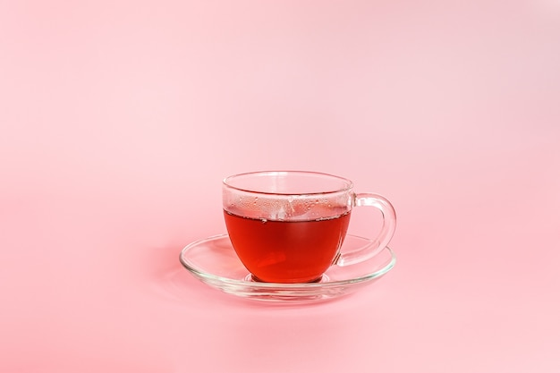 L'ora del tè. tazza di tè su sfondo rosa con spazio di copia. stile minimal