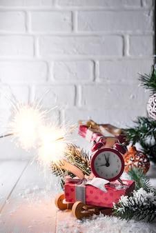 L'orologio di capodanno con il fuoco del bengala in fiamme