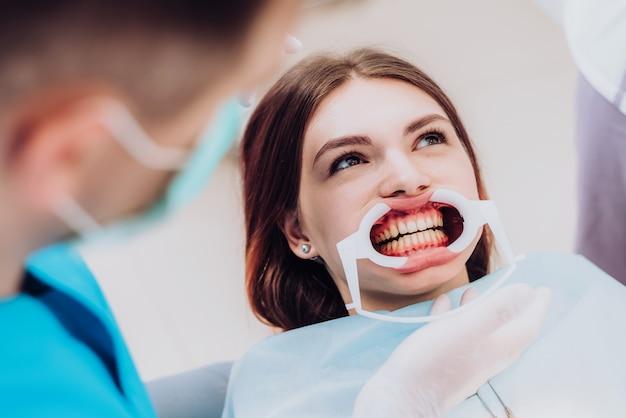 L'ortodontista medico esegue una procedura per la pulizia dei denti